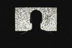 viendo television en la noche