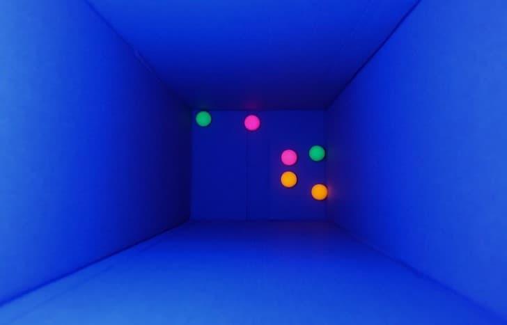 bolas de ping pong dentro de una habitacion