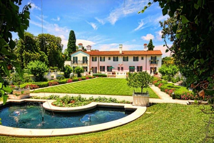 casa con jardin hermoso