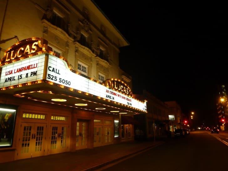 cine antiguo por la noche
