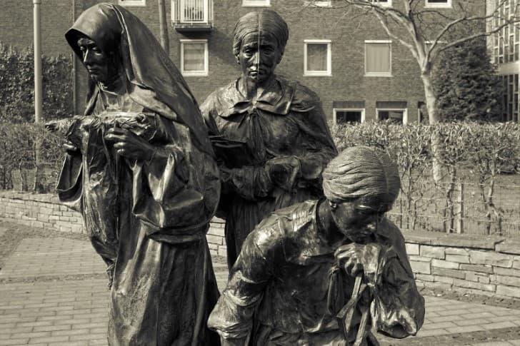 estatua mujeres judias en colonia alemania