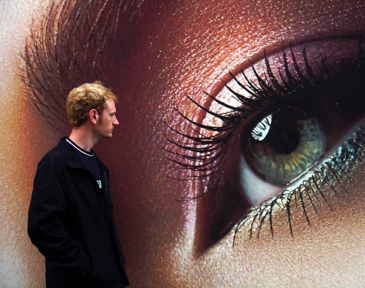 hombre y ojo gigante