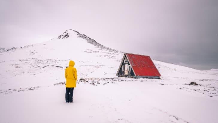 impermeable amarillo en una montaña nevada