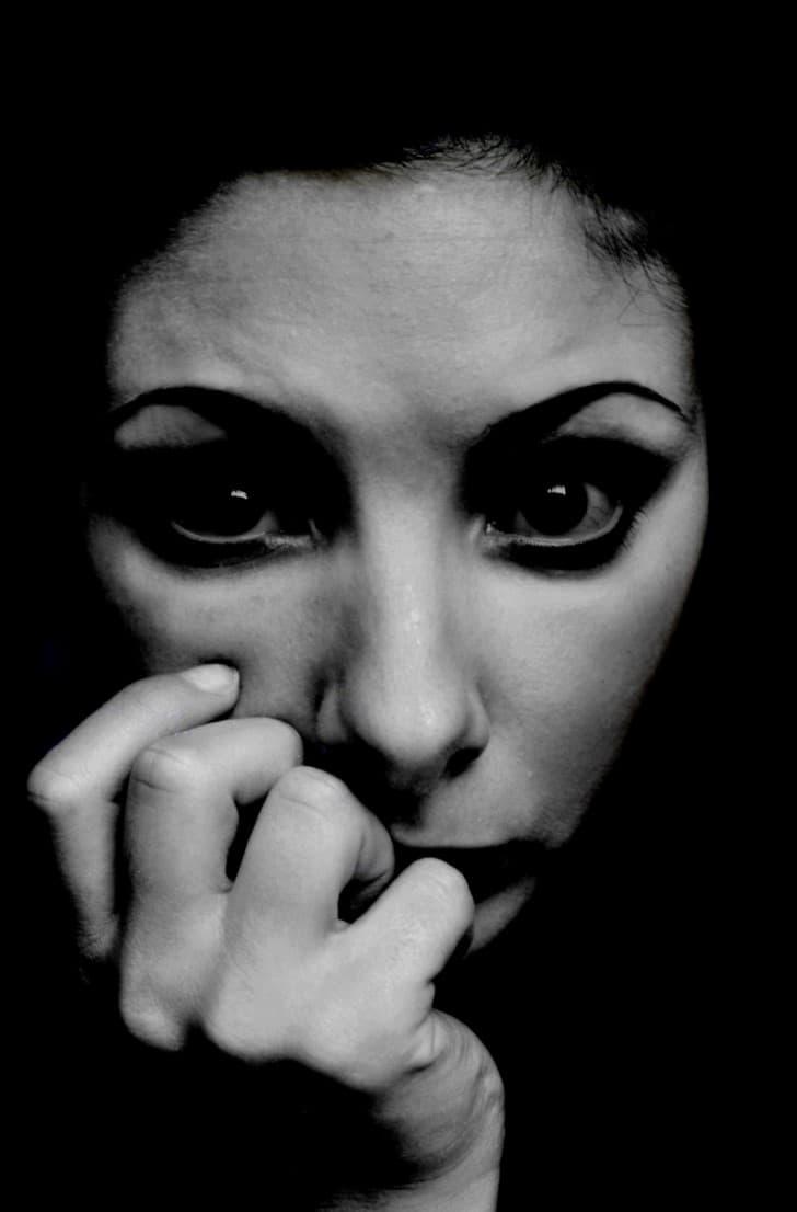 mujer ansiosa y aterrada