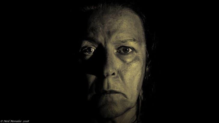 mujer con el rostro oscuro