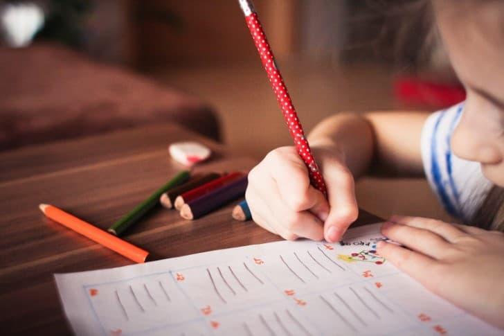 niña aprendiendo en la escuela