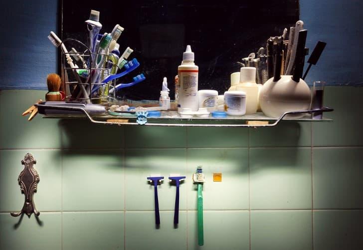 espejo de baño desordenado