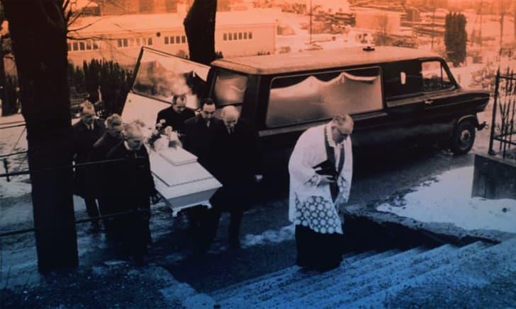 funeral de la mujer de isdalen