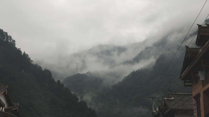 montañas llenas de nieble en china poblado(1)