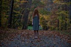 mujer pelirroja en el bosque inquietante