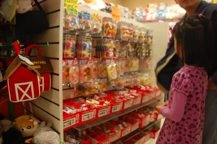 niña con vestido rosa en el centro comercial