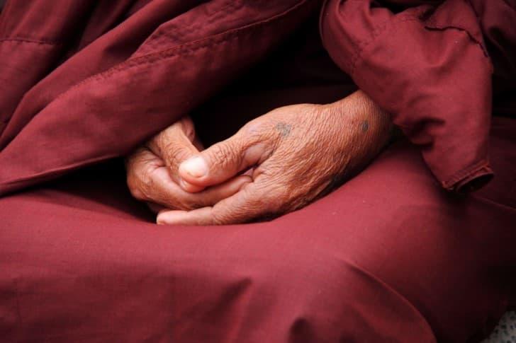 manos arrugadas meditando