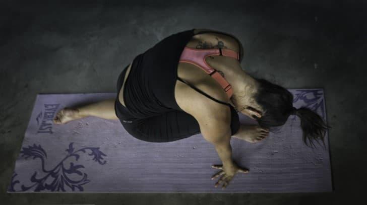 mujer ejercitandose en casa yoga
