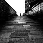 niña corriendo en un callejon