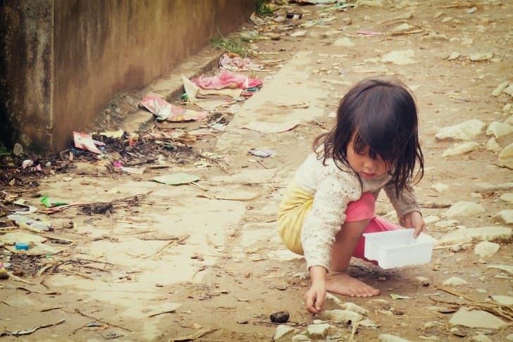 niña pequeña jugando en la calle