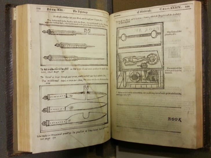paginas de The Discoverie of Witchcraft de Reginald Scot