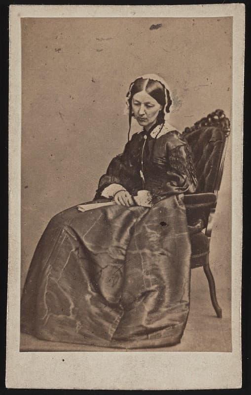 Florence Nightingale sentada en una silla