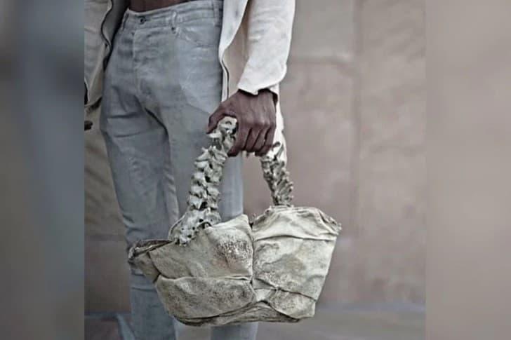 bolso hecho de columbra vertebral humana