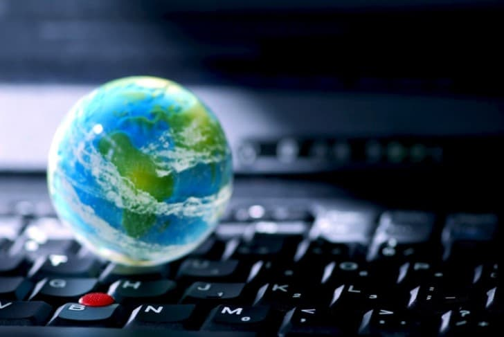 el planeta tierra sobre un teclado