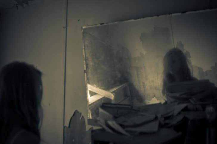 una mujer fantasma en el espejo