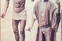 Hananuma Masakichi Posando junto a su estatua