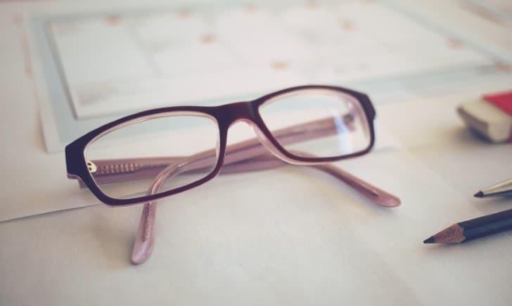 anteojos sobre una mesa