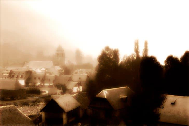 ciudad en medio de la niebla