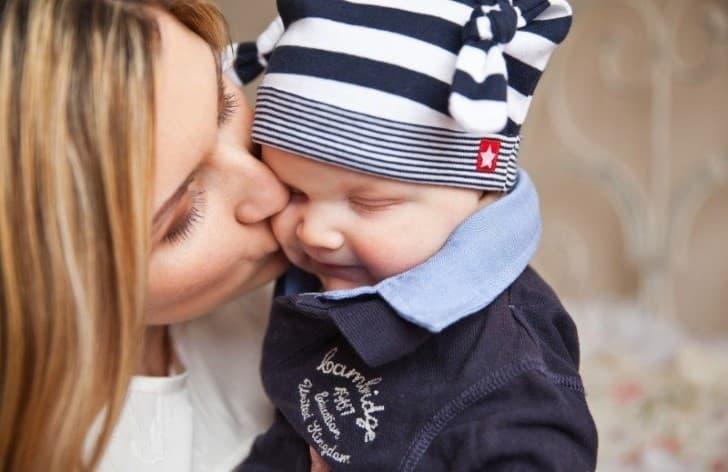 madre besando a su pequeño hijo