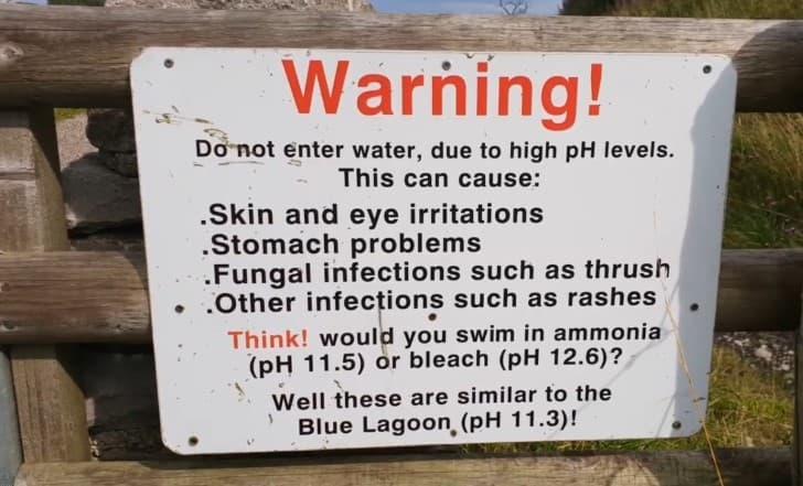 cartel de advertencia en el lago azul