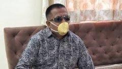 Hombre porta cubrebocas de oro valuado en US$ 5 mil