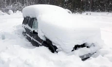 hombre atrapado en la nieve