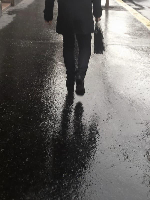 hombre elegante caminando