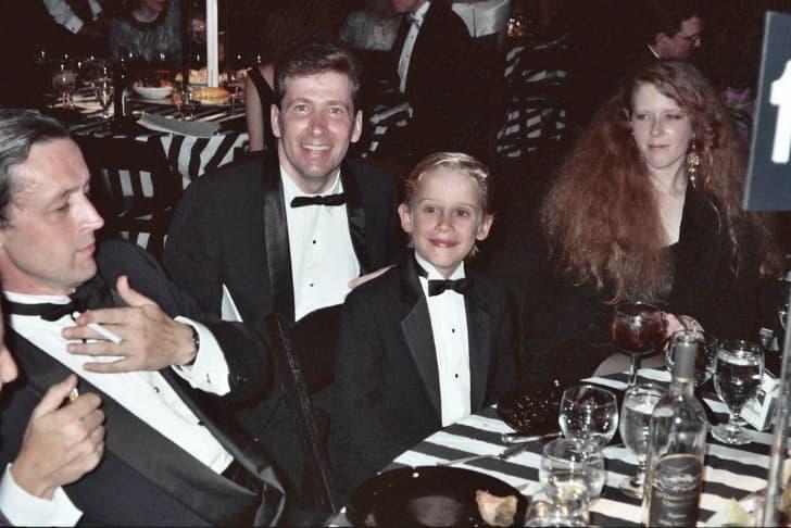 Macaulay Culkin con su padre (izquierda) y su madre (derecha)