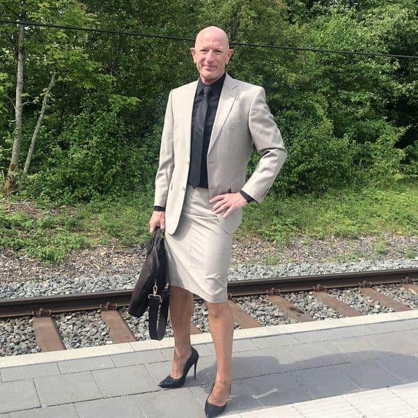hombre vistiendo faldas Mark Bryan (2)