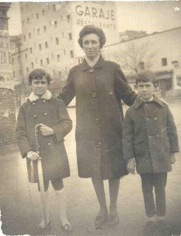 mama con dos pequeños 1950