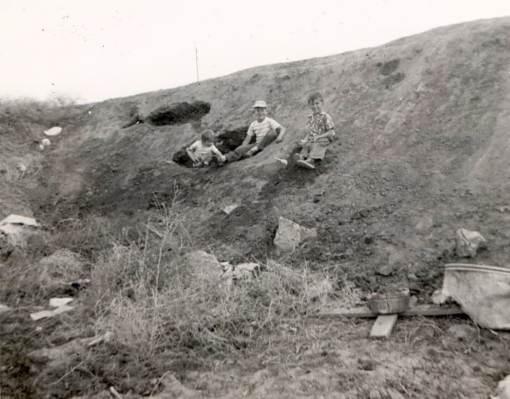 niños jugando en una colina