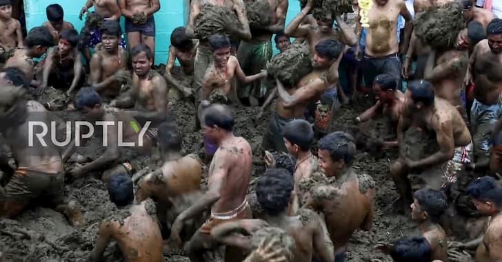 Gorehabba festival con estiercol de vaca en la India(1)