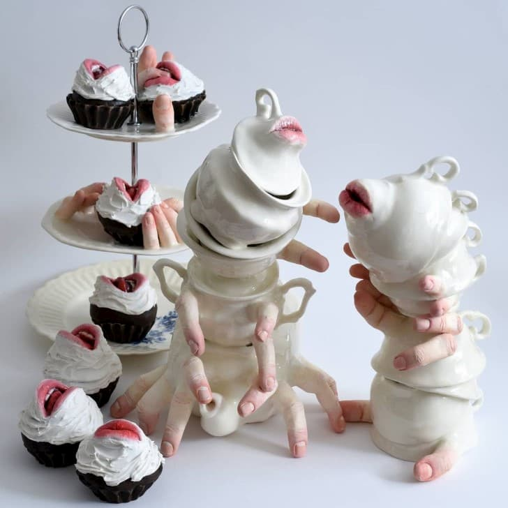 escultura cerámica con manos bocas y dedos (11)