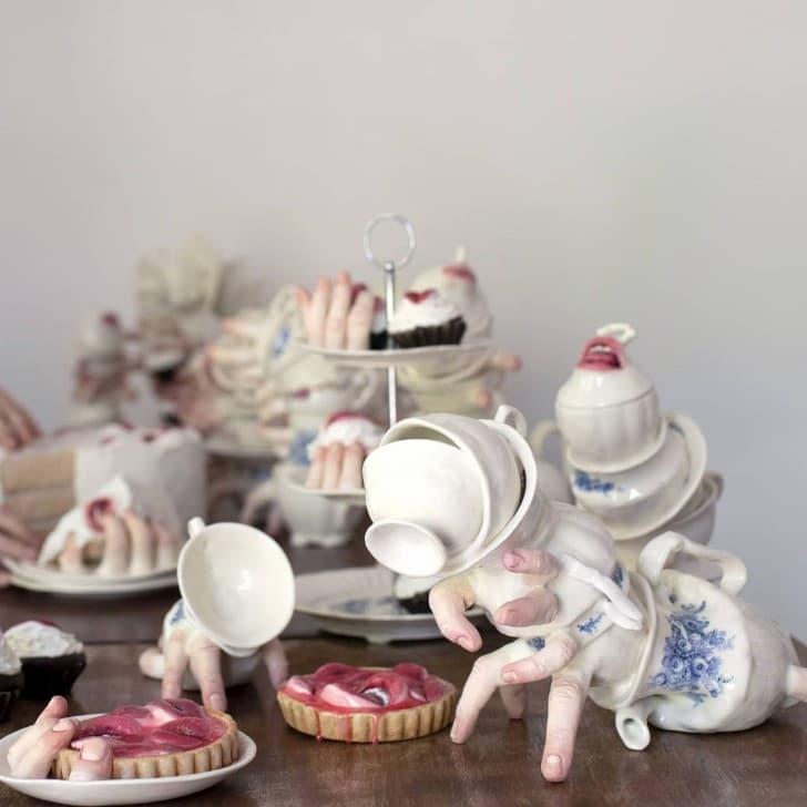 escultura cerámica con manos bocas y dedos (4)