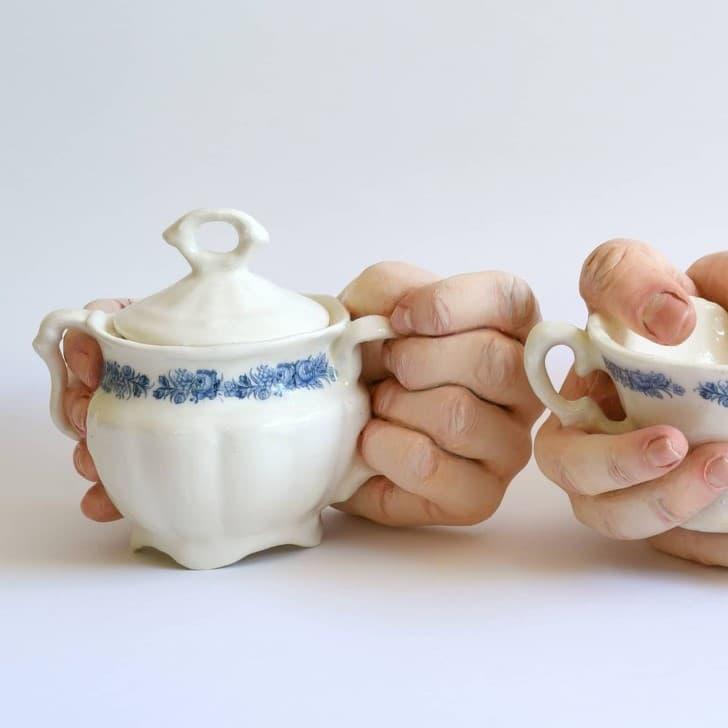 escultura cerámica con manos bocas y dedos (5)