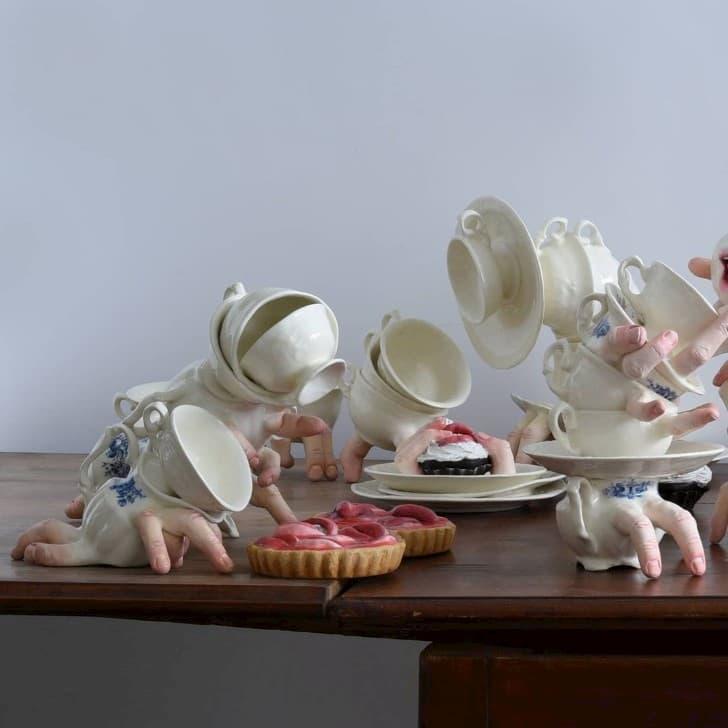escultura cerámica con manos bocas y dedos (6)