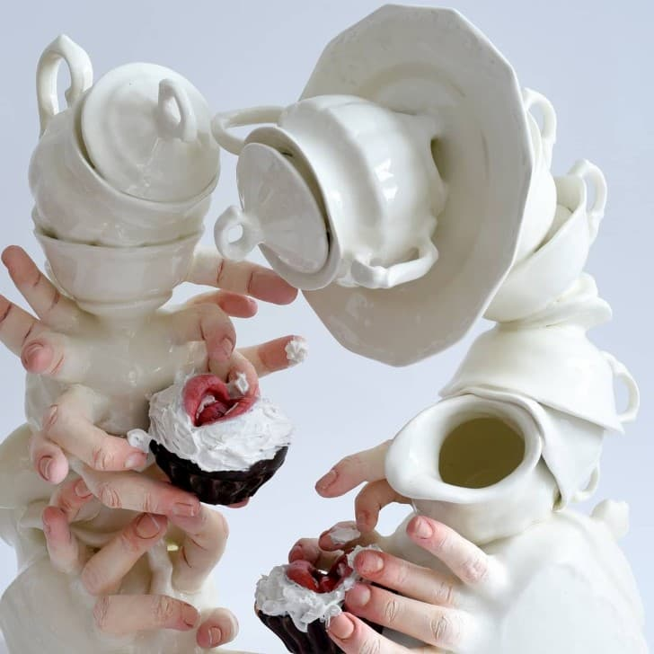 escultura cerámica con manos bocas y dedos (9)
