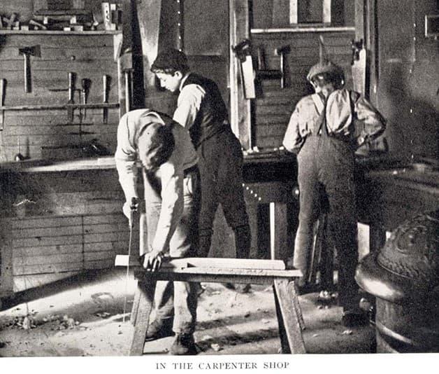 jovenes trabajando en carpinteria