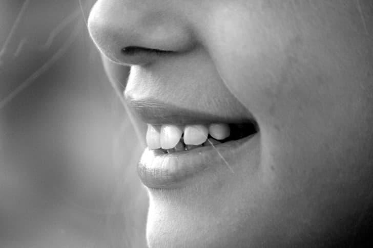 mujer sonriendo con peloz en la nariz
