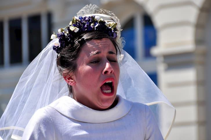 mujer estornudando(1)