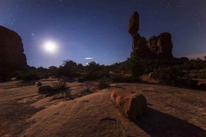 la luna y el desierto