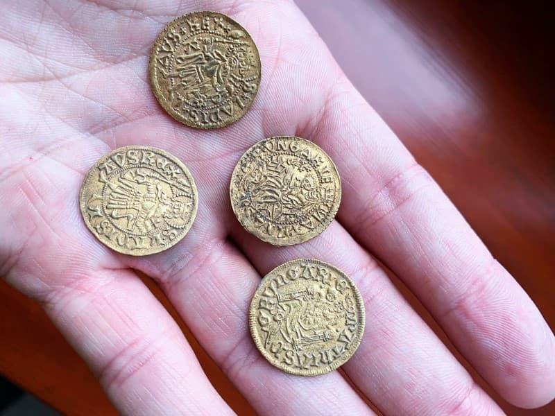 tesoro cuatro monedas de oro