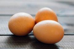 ¿Se deben lavar los huevos después de comprarlos?