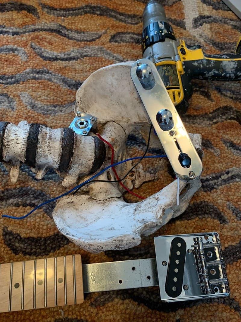 guitarra hecha de restos humanos