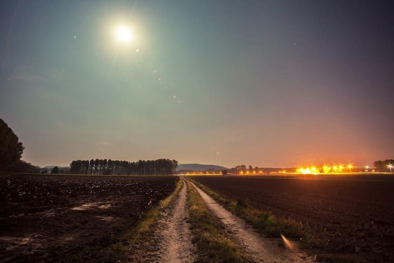 luna llena iluminando el campo